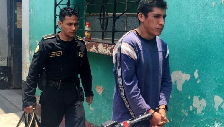 Gregorio Luis Tzoy Lux, 29, es capturado por agentes de la PNC en Santa Cruz del Quiché. (Foto Prensa Libre: Óscar Figueroa)