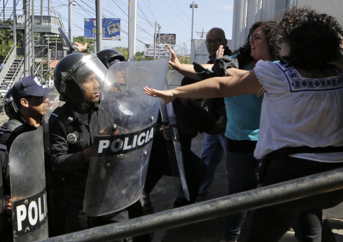 La agresión policial contra activistas de los derechos humanos y periodistas representan una nueva etapa de la represión del presidente Daniel Ortega. (Foto Prensa Libre: AFP)