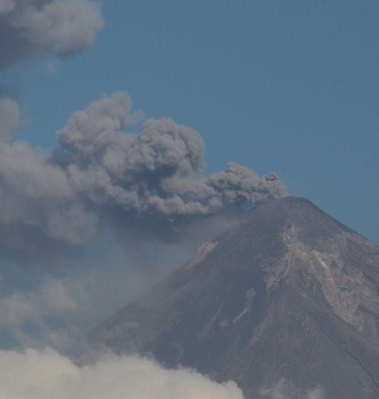 El Volcán de Fuego permanece en erupción, por lo que vecinos de áreas cercanas viven con temor. (Foto Prensa Libre: Carlos Paredes)