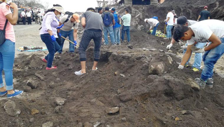 Sobrevivientes de la tragedia buscan restos humanos en la zona cero en San Miguel Los Lotes. (Foto Prensa Libre: Enrique Paredes).