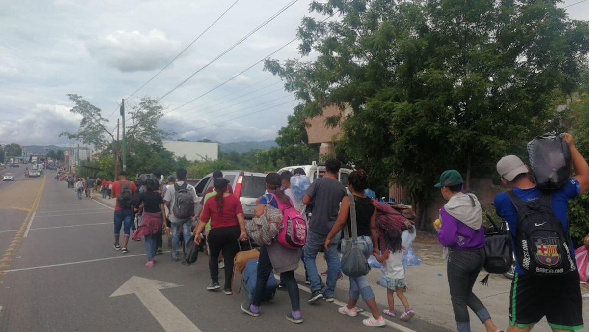 Cientos de hondureños transitan en Guatemala en su sueño por ingresar a EE. UU. de forma ilegal. (Foto Prensa Libre: Érick Ávila)