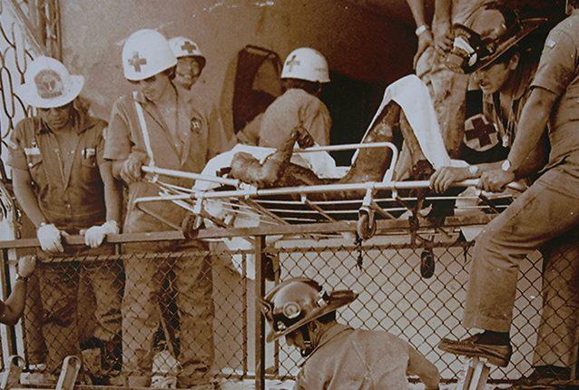 Elementos de los cuerpos de socorro proceden a retirar los restos carbonizados de las víctimas del incendio de la embajada de España en Guatemala el 31 de enero de 1980. (Foto: Hemeroteca PL)