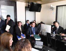 Los diputados junto con sus abogados comparecieron a las 8:30 horas en el Juzgado Quinto Penal. (Foto Prensa Libre: Erick Avila)