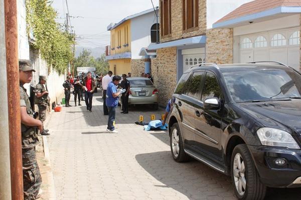 Autoridades buscan evidencias de crimen contra adolescente en la zona 3 de Chimaltenango. (Foto Prensa Libre: Víctor Chamalé)
