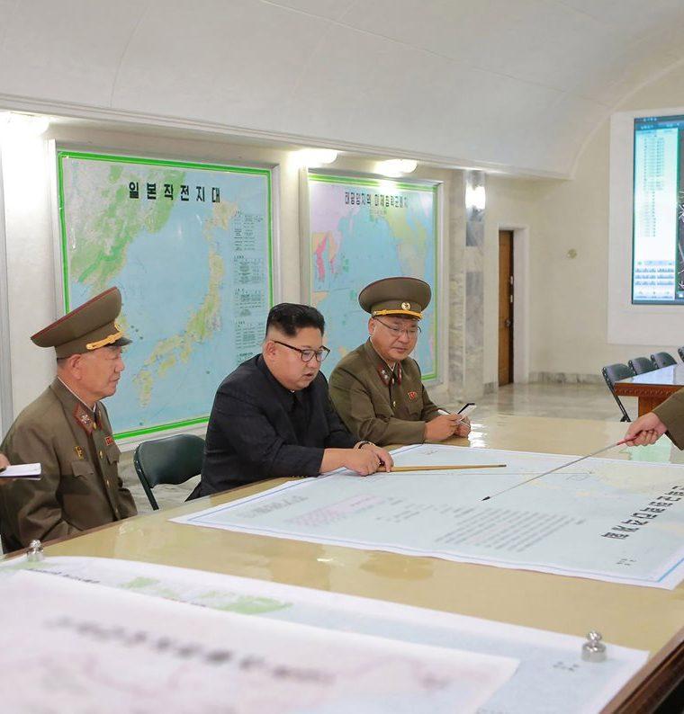 Kim Jong-Un (centro) inspeccionando el Comando de la Fuerza Estratégica del Ejército Popular de Corea en un lugar no revelado.(AFP).