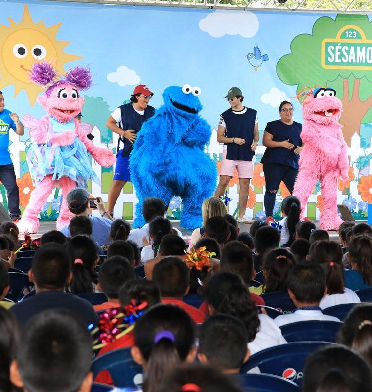 Las coreografías de los personajes de Plaza Sésamo dieron momentos de alegría a a niños sobrevivientes a la tragedia del Volcán de Fuego. (Foto Prensa Libre: Carlos Paredes)