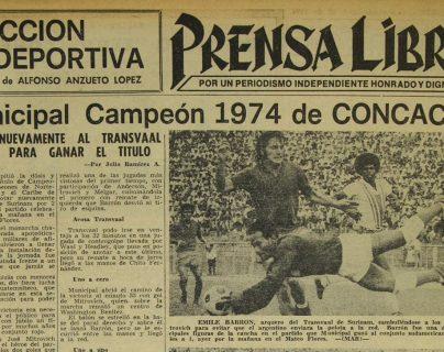 El 27/10/1974 Emile Barrón evita que el argentino Mitrovich de municipal anote el gol. (Foto: Hemeroreca PL)