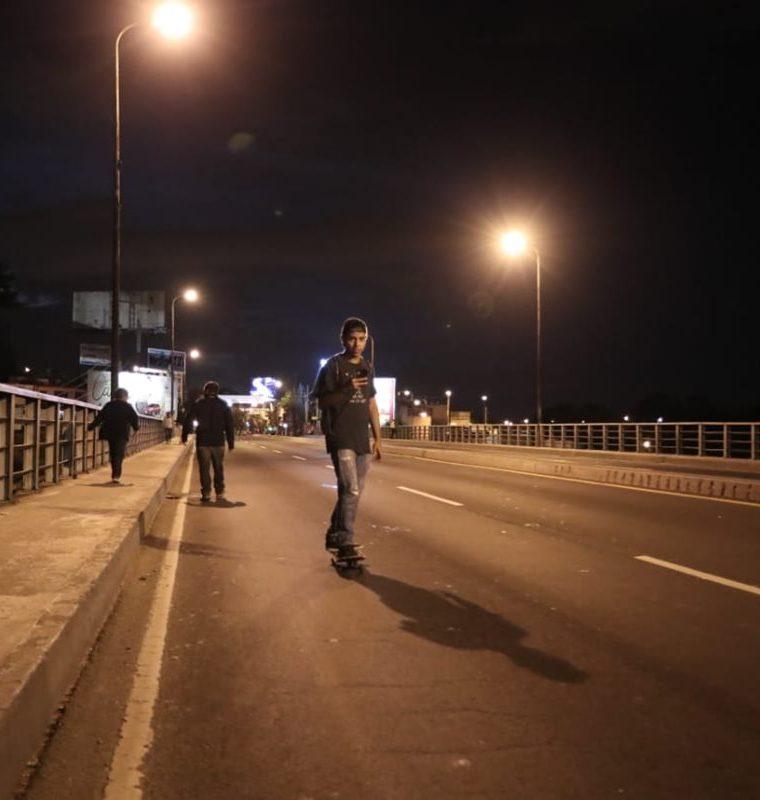 Un vecino fue captado con su patineta en la calle Martí, zona 2. (Foto Prensa Libre: Juan Diego González)