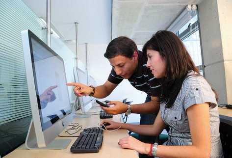 en su  mayoría, los jóvenes son los que más aplicaciones para teléfonos celulares desarrollan; en estos se involucra creatividad e ingenio.