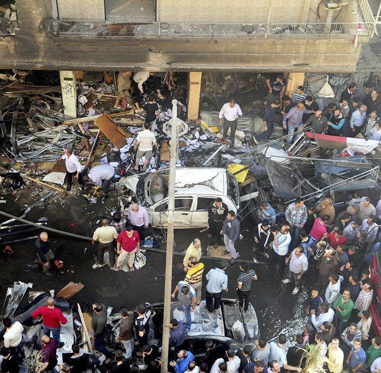 Varias personas alrededor del lugar donde se produjo la esplosión de un coche bomba en Yaramana, al sur de Damasco, en Siria, el 29 de octubre de 2012. Cerca de 11 personas murieron y 20 resultaron heridas en la explosión. (Foto: EFE)