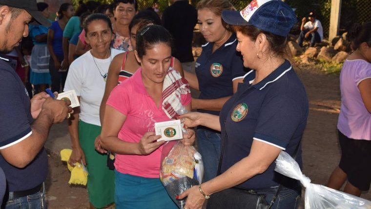 Colaboradores de la municipalidad de Jalpatagua, Jutiapa, entregan bolsas de víveres a vecinos de ese municipio y llevan control por medio de carné de beneficiario. (Foto Prensa Libre: Cortesía)