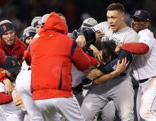Chris Sale, Aaron Judge y Rafael Devers tratan de separar a Joe Kelly y Tyler Austin luego de que se iniciara una pelea. (Foto Prensa Libre: AFP)