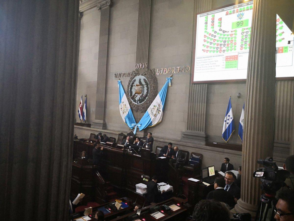 Durante la espera para poder votar por el estado de Calamidad el tablero no superó los 105 diputados marcados. (Foto Prensa Libre: Carlos Álvarez)
