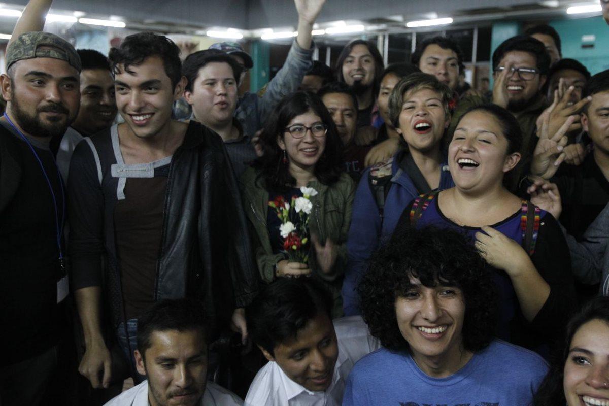 Lenina García, representante de la planilla 2, y seguidores celebran los resultados preliminares de la votación. (Foto Prensa Libre: Paulo Raquec)