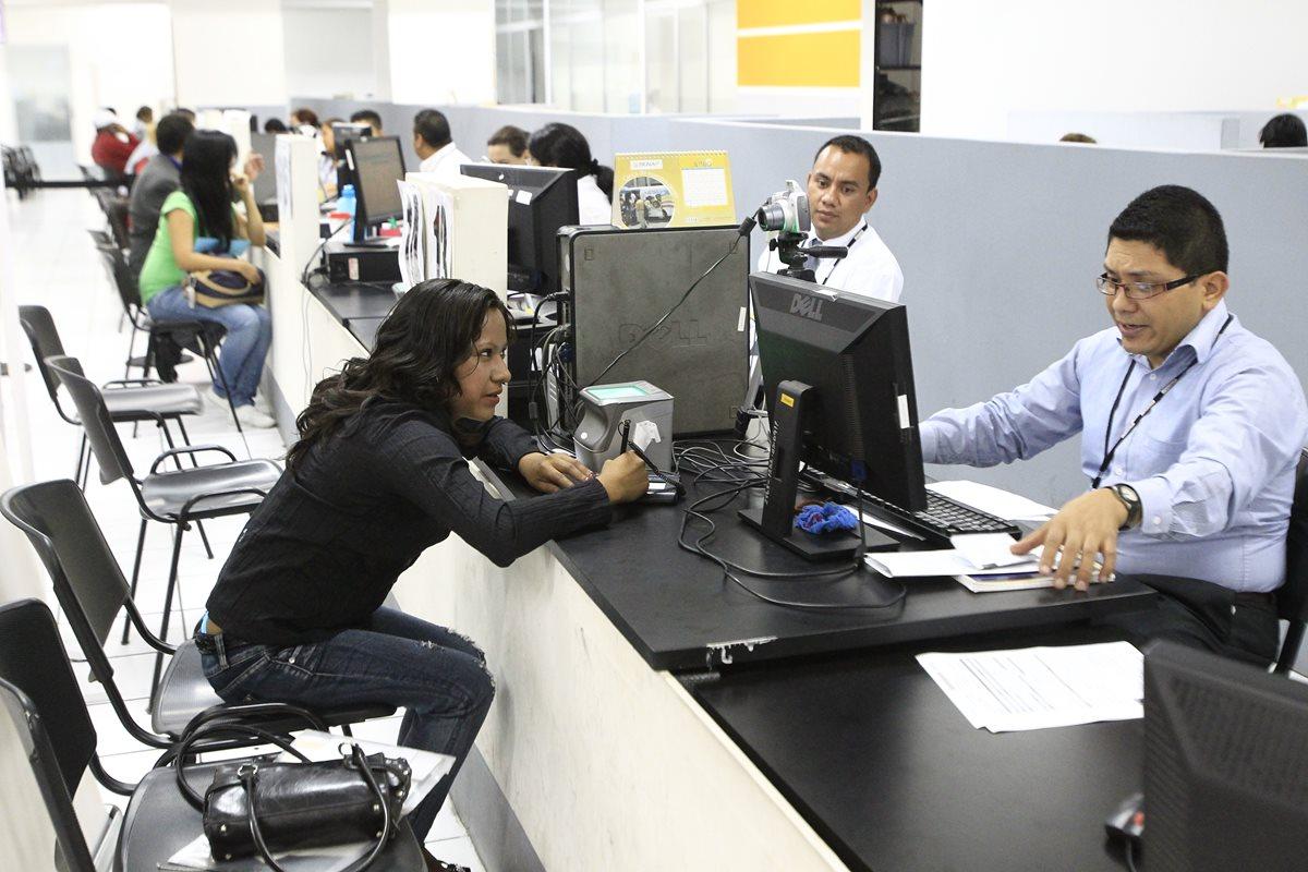 Personal del Registro Nacional de Personas (RENAP), ubicado en el edificio Corea Center trabaja en el enrolamiento del documento personal de identificación (DPI). (Foto Prensa Libre: Hemeroteca PL)