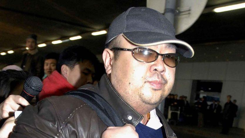 Cuando Kim Jong-nam se acercaba al escritorio de facturación, una mujer corrió hacia él y le arrojó un líquido en la cara.
