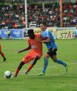 Marvin Ávila (anaranjado) sufrió insultos racistas en el juego contra Malacateco el domingo pasado. (Foto Prensa Libre: Hemeroteca PL)