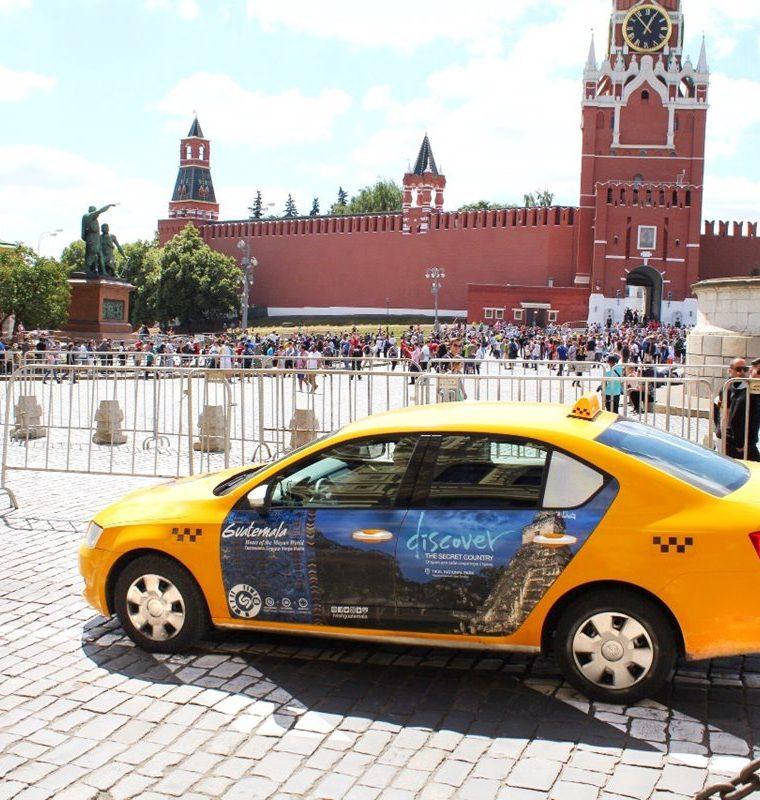 El Inguat muestra con estas fotografíascomo se vería publicidad promociona Guatemala en varias ciudades de Rusia para atraer turistas al país. En la foto, taxis en Moscú. (Foto, Prensa Libre: Inguat).
