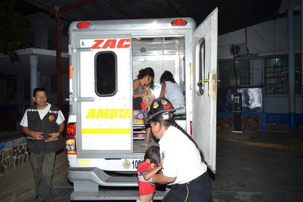 Adolescente abusada es trasladada al Hospital Nacional de Zacapa. (Foto Prensa Libre: Víctor Gómez)