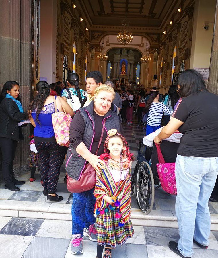 Norma González en la entrada del Santuario de Guadalupe junto a su nieta Fátima Sofía. (Foto Prensa Libre: Oscar Fernando García).