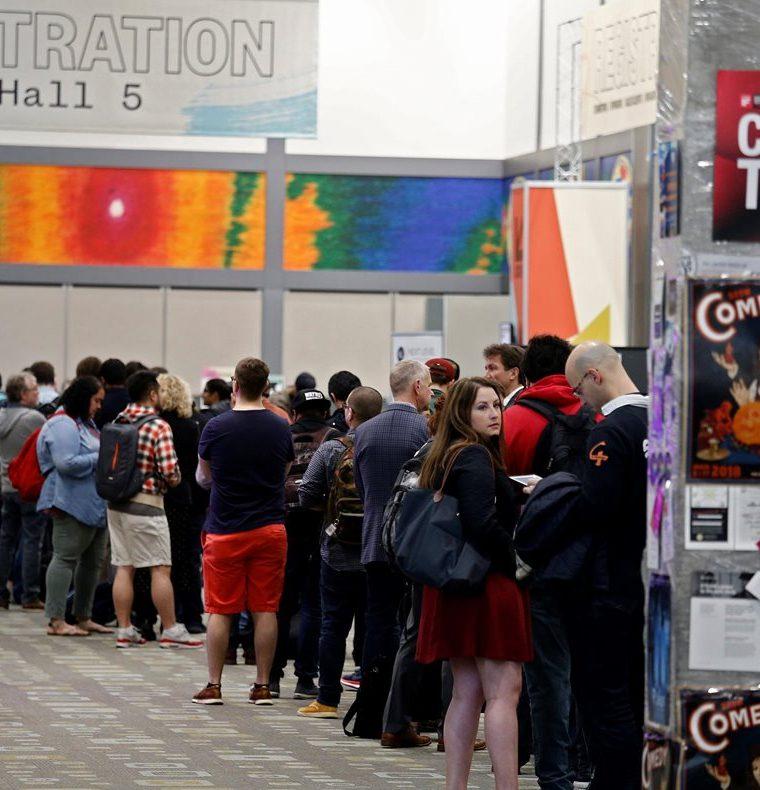 Un grupo de visitantes esperan al registro antes de entrar al festival South by Southwest (SXSW), en Austin, Texas. (EFE).