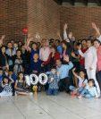 La familia de Lucía Guillermina Solís de León festejaron 100 años en la zona 8 de Mixco. (Foto Prensa Libre: Cortesía Lud Villatoro)