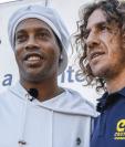 Ronaldinho y Carles Puyol posan para las cámaras durante un acto benéfico. (Foto Prensa Libre: twitter Ronaldinho)