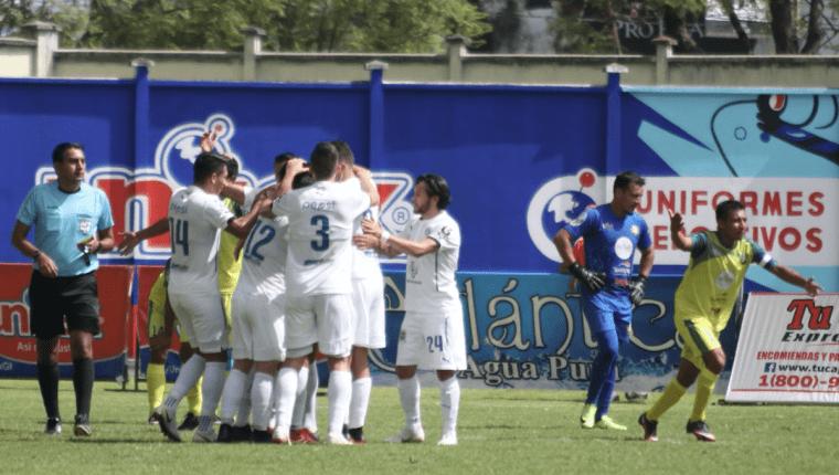Comunicaciones superó 2-0 a Deportivo Chiantla en el estadio Los Cuchumatanes. (Foto Prensa Libre: Mike Castillo)