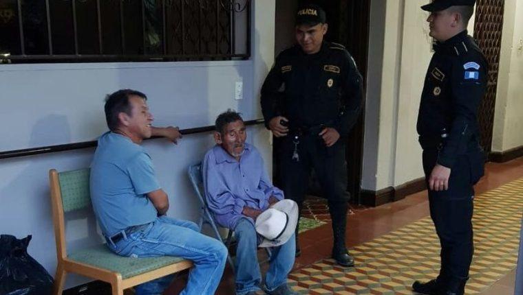 Luis Miguel Zacarías fue rescatado por agentes de la PNC, en Concepción Las Minas, Chiquimula. (Foto Prensa Libre: Mario Morales)