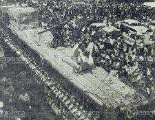 Los enfermos cantando a Jesús de los Milagros frente al Hospital General el domingo de ramos de 1966. Foto: Hemeroteca PL