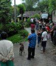 Curiosos permanecen cerca de la vivienda donde fue localizado el cuerpo de Chajón, en Sanarate, El Progreso. (Foto Prensa Libre: Hugo Oliva).
