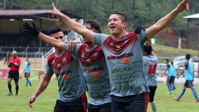 Los jugadores de Carchá festejan después de anotar. (Foto Prensa Libre: Eduardo Sam)