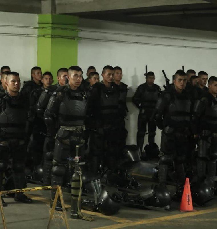 El grupo antidisturbios fue desplazado al sótano del parqueo municipal de la Plaza de la Constitución. (Foto Prensa Libre: Juan Diego González)