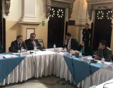 Los miembros de la Comisión Específica señalan que es necesario declarar la lesividad en la compra de un edificio del MP. (Foto Prensa Libre: Óscar Rivas)