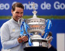 Rafael Nadal festejó así el título que conquistó en Barcelona. (Foto Prensa Libre: AFP)