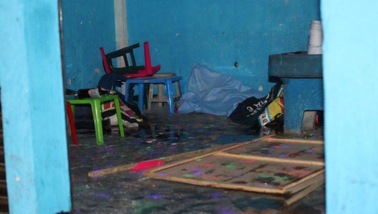 Interior del negocio donde ocurrió el ataque armado. (Foto Prensa Libre: Érick Ávila).
