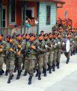 Efectivos militares desfilaron por calles y avenidas de Retalhuleu. (Foto Prensa Libre: Rolando Miranda)