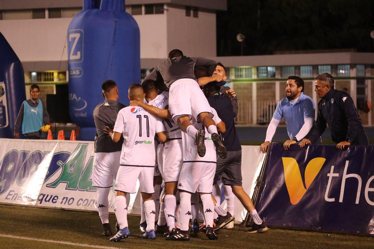 Los jugadores de Comunicaciones festejan la anotación de Maxiliano Lombardi. (Foto Prensa Libre: Érick Ávila)