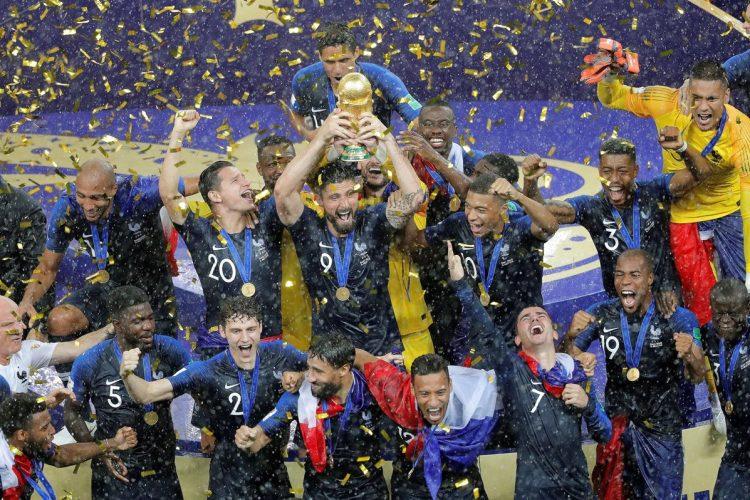 La selección francesa levanta la copa del mundo en la ceremonia después de ganarle a Croacia con marcador de 4 a 2.