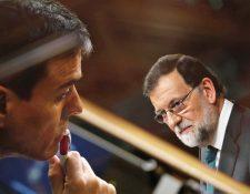 El nuevo presidente del gobierno de España, Pedro Sánchez, escuchando el discurso de su antecesor, Mariano Rajoy. (Foto Prensa Libre: EFE)