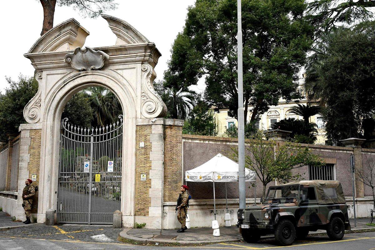 Soldados italianos custodian la nunciatura del Vaticano en Roma. (Foto Prensa Libre: AFP)