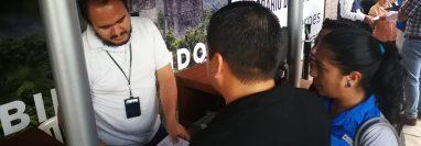 Los guatemaltecos interesados en tramitar un pasaporte deben esperar más de tres meses para obtener una cita en el Centro de Emisión de Pasaportes. (Foto Prensa Libre: Hemeroteca PL)