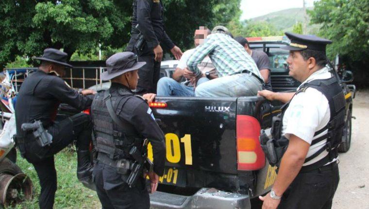 Agentes de la Policía Nacional Civil trasladaron a los ocho capturados al Juzgado de Paz de Chiquimula.(Foto Prensa Libre: Mario Morales)