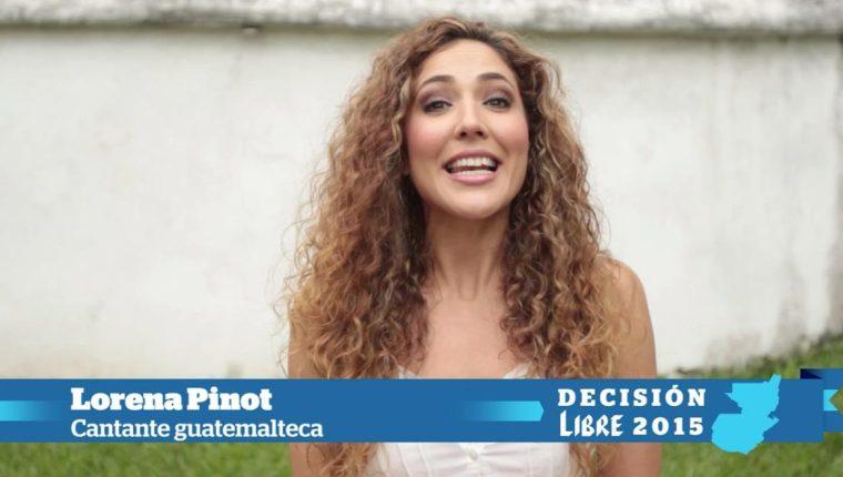 La cantante guatemalteca Lorena Pinot se une al fervor cívico. (Foto Prensa Libre: Ángel Elías)