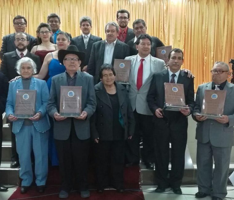 Los homenajeados posan junto a integrantes de la Asociación Civil Sijense. (Foto Prensa Libre: María José Longo)