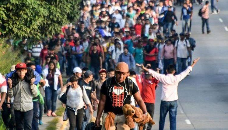 Los hondureños salen en caravana de su tierra en busca de oportunidades de trabajo. (Foto Prensa Libre: AFP)
