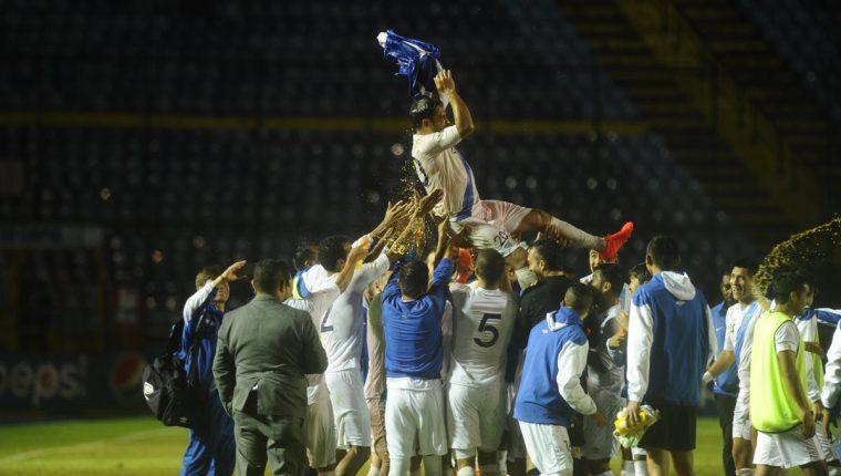 Carlos el Pescado Ruiz fue despedido por sus compañeros de selección, hace dos años. (Foto Prensa Libre: Hemeroteca PL)