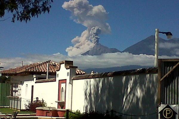 Vista del volcán de Fuego. (Foto: cortesía de Nathan Pichiyá)