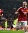 Wayne Rooney (d), del Manchester United, celebra después de anotar el único gol de su equipo frente al CSKA Moscú. (Foto Prensa Libre: EFE)