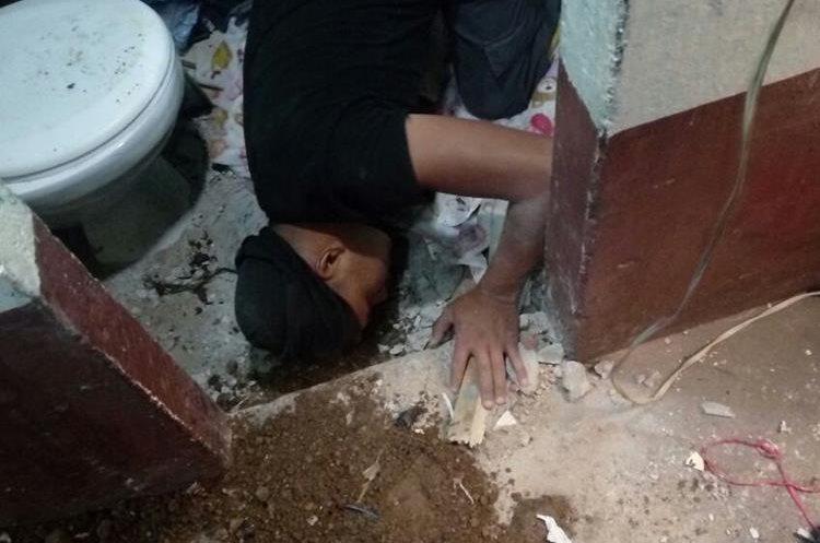Uno de los baños que utilizan los reclusos también fue revisado en busca de ilícitos. (Foto Prensa Libre: Cortesía Mingob)